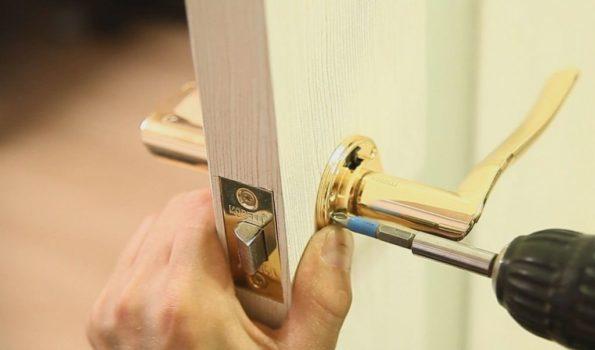 Замените на шкафчиках и дверях ручки